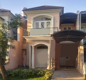 Rumah dengan gaya Klasik empat kamar tidur di Wisata Bukit Mas